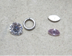 プラチナの針金から作ったダイヤの台座とプラチナの板から作ったピンクダイヤの台座。