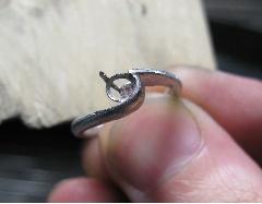 形を整えたリングに台座と爪を溶接していきます。